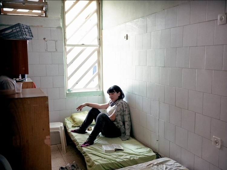Nhà tù Neve Tirza dành cho nữ ở Israel. Mỗi phòng giam rộng khoảng 13m2 với toilet và vòi tắm dành cho 6 tù nhân. Ảnh: Tomer Ifrah