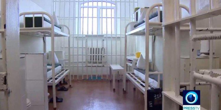 Tại nhà tù Dolphin Black Dolphin khét tiếng ở biên giới Kazakhstan, Nga, các tù nhân bị nhốt chung trong một phòng giam có diện tích 15m2 và chịu sự giám sát 24/24. Ảnh: YouTube/The Sun