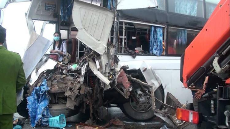 Chiếc xe khách cũng bị hư hỏng nặng.