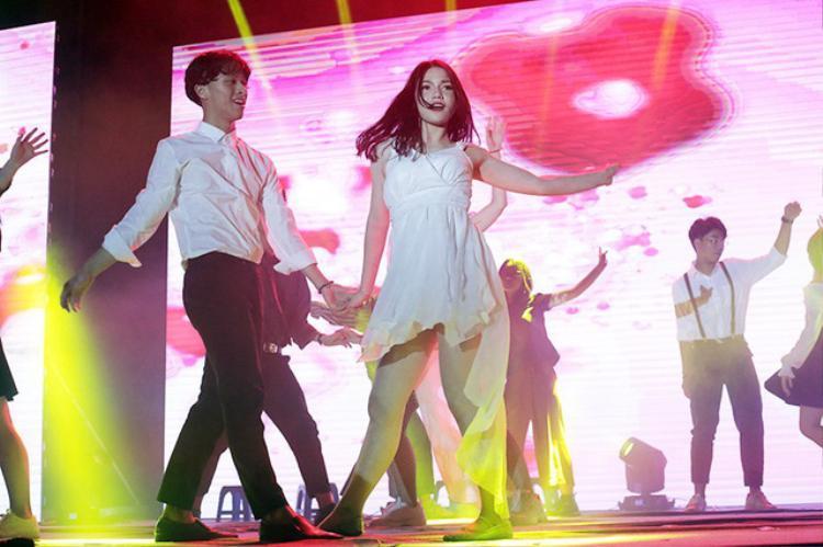 Cả hai ngay lập tức gây sự chú ý bởi gương mặt sáng sân khấu và những bước cuốn ánh nhìn.