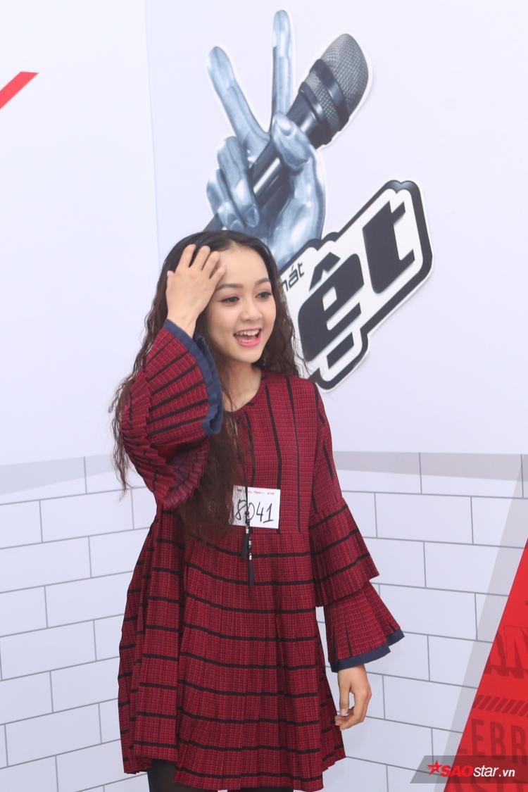 Cô gái xinh đẹp với mái tóc dài thể hiện những ca khúc tiếng Anh.