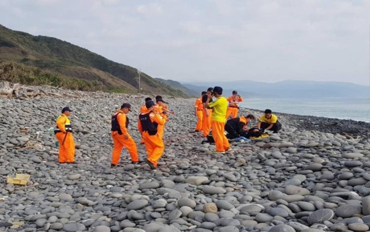 Thi thể hai người Việt được phát hiện dạt vào bờ biển Đài Loan sáng nay. Ảnh: CGA