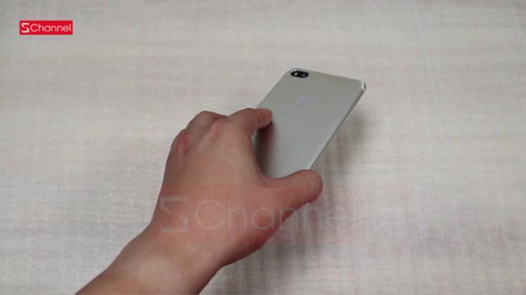 Dải ăng ten bằng nhựa chạy sát đỉnh và đuôi mặt lưng. Cách thiết kế này tương tự trên nhiều điện thoại như iPhone 7.