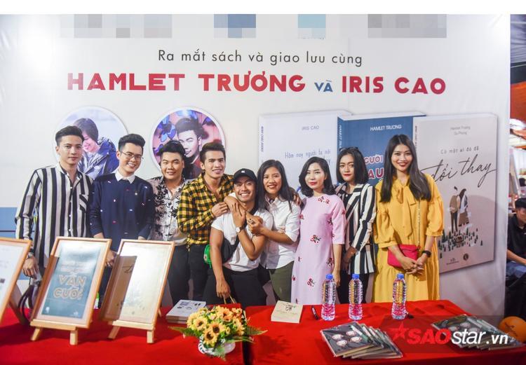 S.T, Quốc Thiên, Chế Nguyễn Quỳnh Châu,… vui vẻ chụp ảnh cùng Iris Cao và Hamlet Trương.