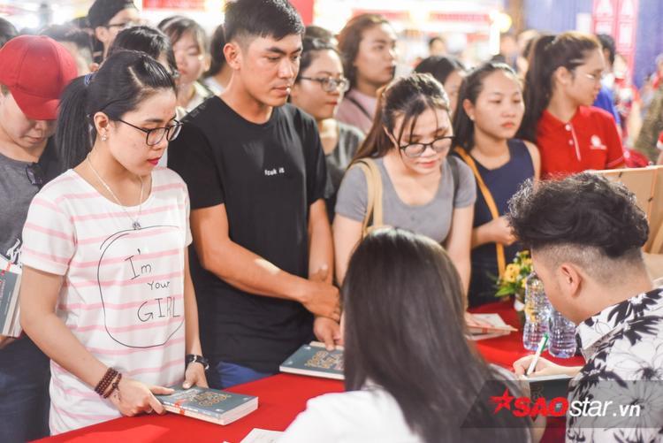 Dù phải đông, các bạn trẻ vẫn không ngại xếp hàng để được ký tặng sách.