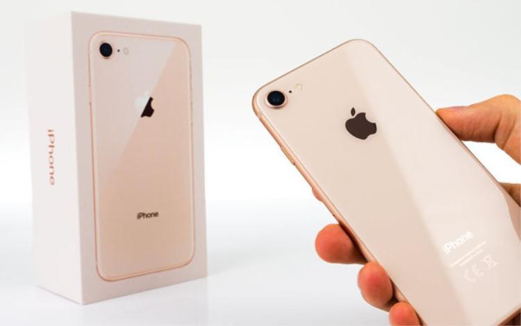 9to5Mac nhận định nếu tin đồn xác thực, iPhone X sẽ có màu vàng giống những gì đã có trên iPhone 8. Tức là như một sự giao thoa giữa màu vàng champagne trước đó và màu vàng hồng.