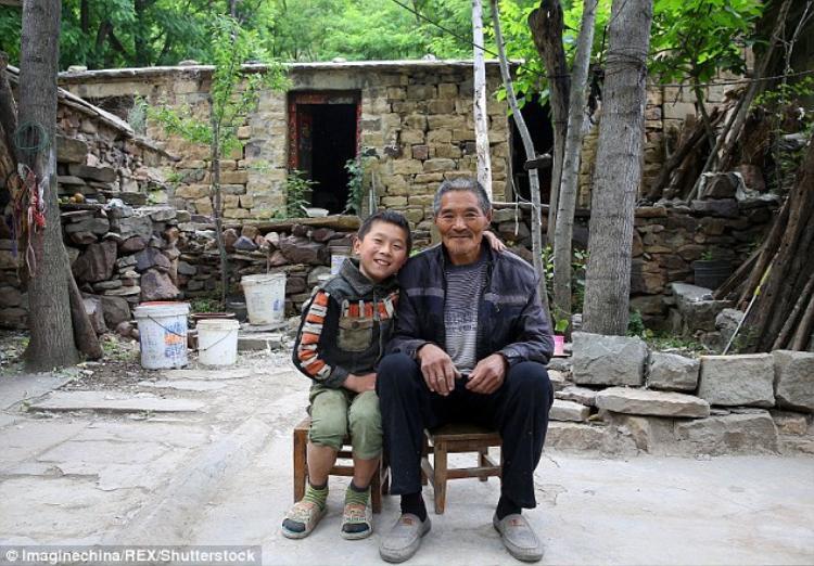 Jiaqi cùng ông nội đáng kính của em. Ảnh: REX