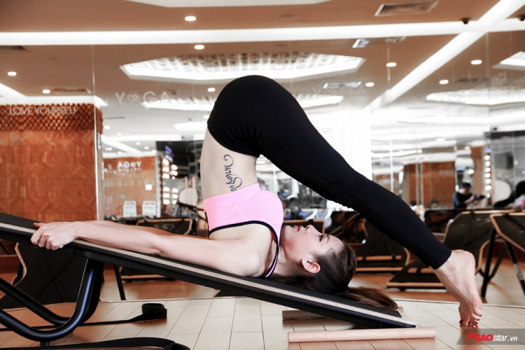 """Sau khi thuần thục nhiều động tác khó ở yoga cơ bản, mỹ nhân phim """"Sắc đẹp ngàn cân"""" thử sức mình với yoga trên mặt phẳng nghiêng. Tuy là loại hình còn khá mới mẻ ở Việt Nam nhưng với nền tảng kỹ thuật tốt, Phương Trinh có thể thực hiện nhiều động tác đẹp và hiệu quả."""