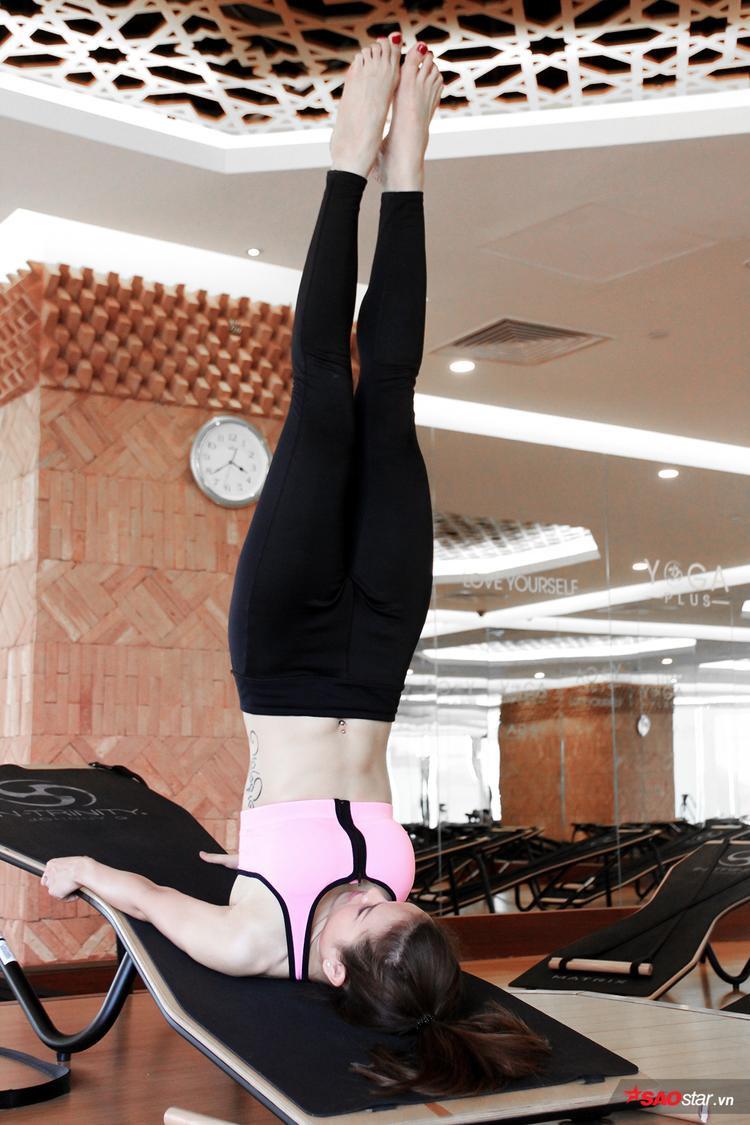 Jolie Phương Trinh sexy tập luyện yoga trên ghế ngiêng độc đáo