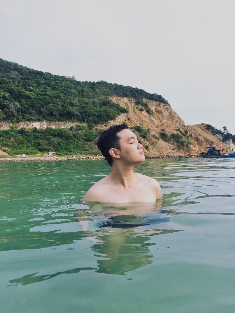 Theo cậu bạn, một điểm đến không thể bỏ qua khi đến Nam Du là Bãi Mến, một bãi tắm nước trong xanh đến tận lớp đá trên đảo. Đây cũng là điểm đến trong ngày đầu tiên đặt chân đến đảo của 2 chàng trai này.