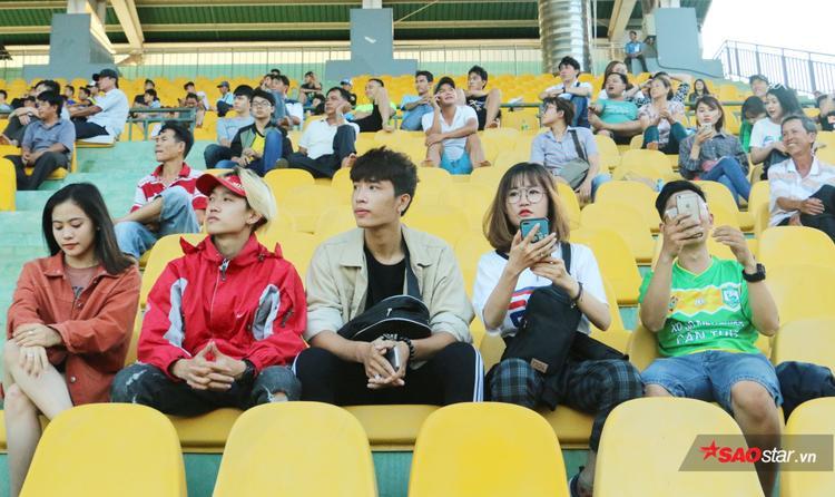 Bích Thảo vào các bạn đến sân Cần Thơ xem trận đấu của đội bóng Tây Đô và CLB Hà Nội.