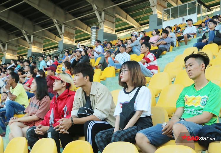 Họ chăm chú theo dõi trận đấu.