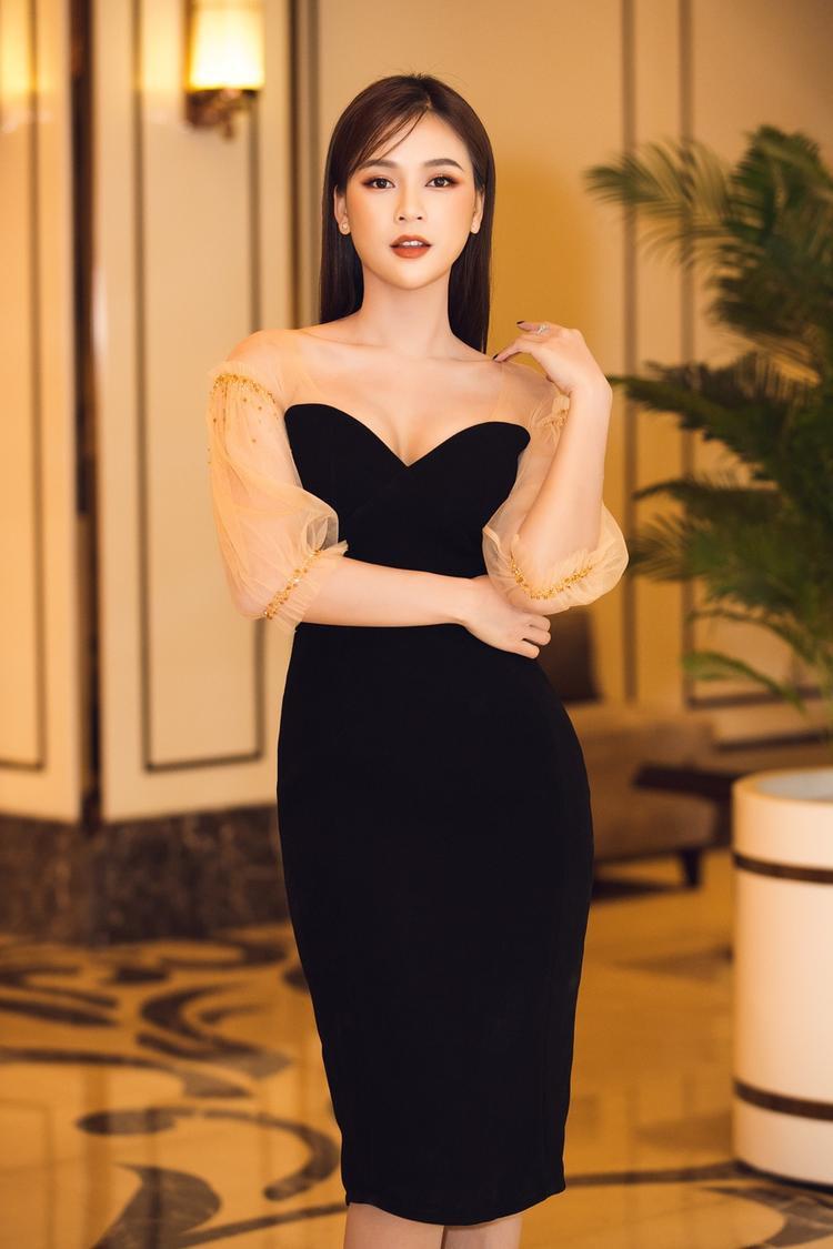 Sam diện đầm đen khoe đường cong quyến rũ.