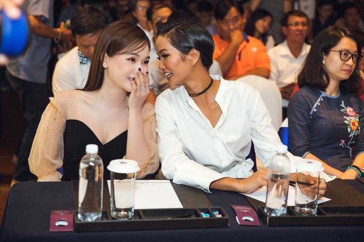 Cô và Hoa hậu H'Hen Niê vui vẻ trò chuyện trong buổi họp báo.