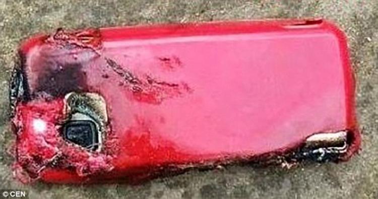 Hình ảnh chụp lại từ hiện trường cho thấy chiếc điện thoại bị nổ tung. Ảnh: CEN