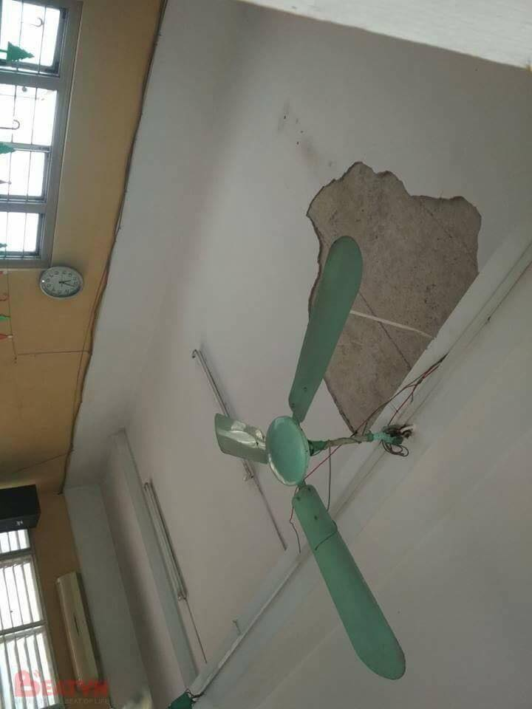 Một mảng trần nhà bị rơi xuống khu vực bàn học. Ảnh Beatvn