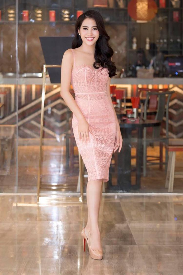 Váy ren hồng nude giúp Nam Em khoe khéo vẻ đẹp trong sáng, rạng rỡ rất trẻ trung.