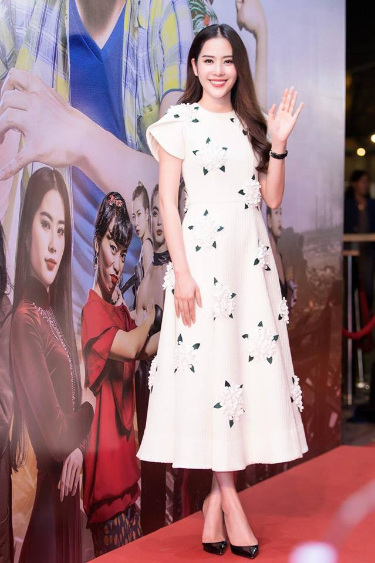 Vì rất yêu thích các thể loại đầm nên đi event nào, Nam Em cũng chỉ diện váy mà thôi. Bộ váy trắng nền nã được điểm thêm những bông hoa khiến nhan sắc của người đẹp thêm nổi bật.