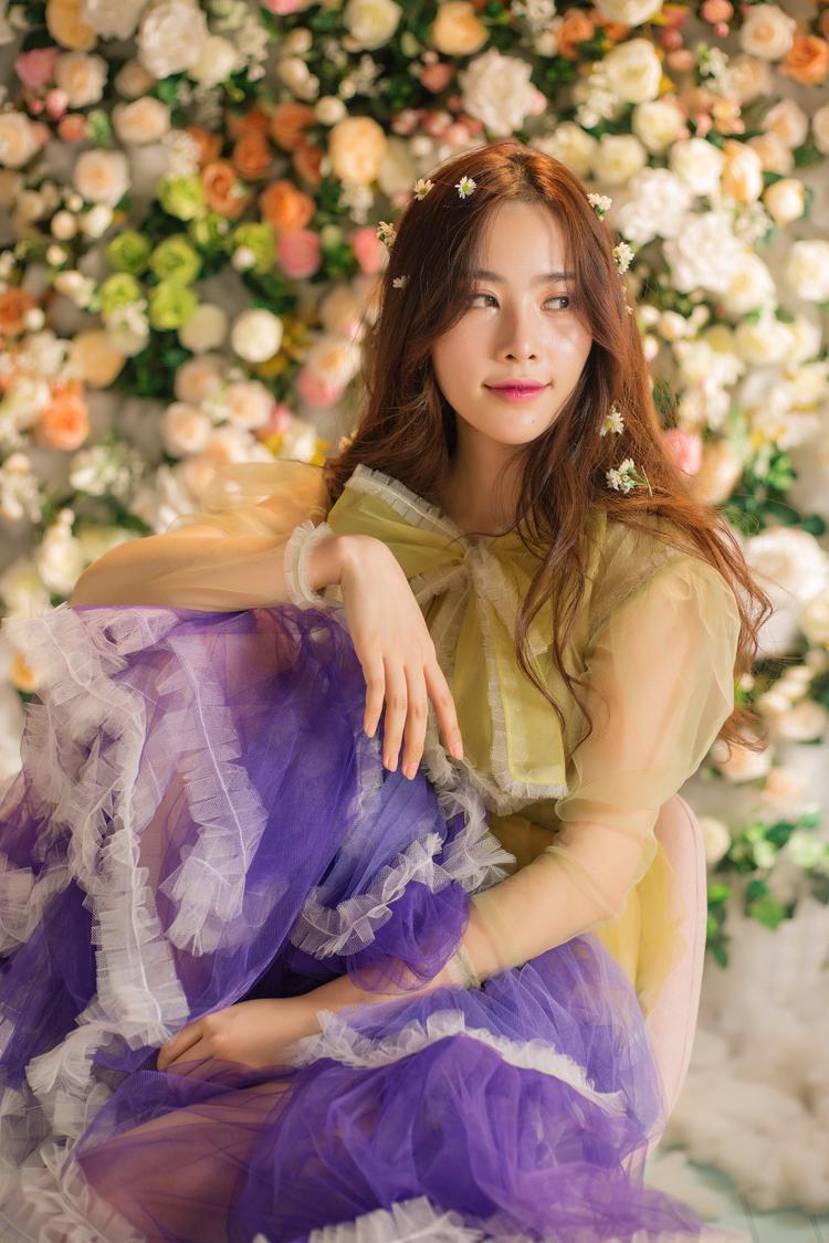 Dù vướng lùm xùm chuyện tình cảm nhưng không thể phủ nhận Nam Em ngày càng xinh đẹp. Đây là hình ảnh mới nhất của Nam Em trong MV mới ra mắt của cô trong vai trò ca sĩ. Cô cho biết mình tự chọn váy áo sao cho điệu đà và xinh đẹp nhất có thể.