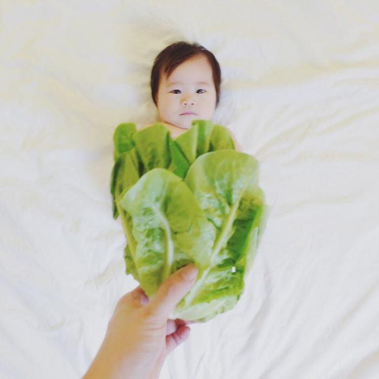 Vay rau xanh của mẹ giúp bé có bộ ảnh độc đáo.
