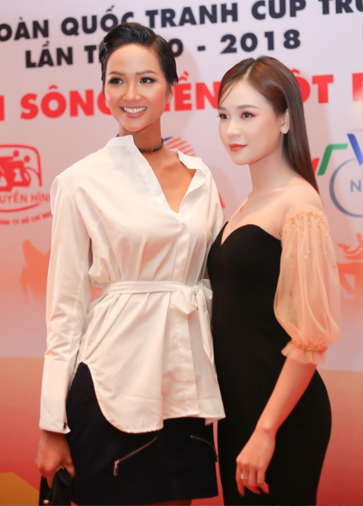 Sam diện váy tay bồng cúp ngực xinh đẹp đi sự kiện cùng hoa hậu H'hen Niê.