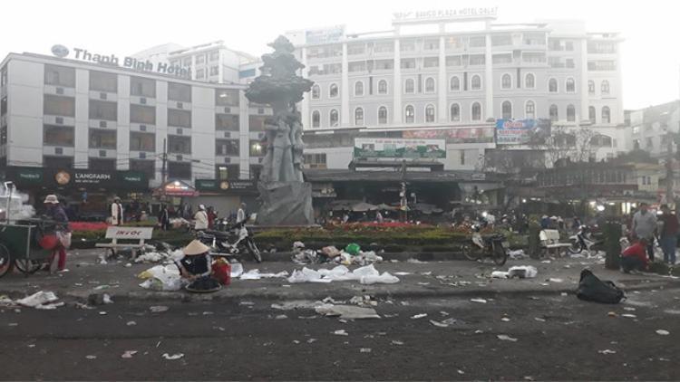 Hình ảnh chợ đêm Đà Lạt tan hoang, ngập ngụa rác sau Tết Nguyên đán 2018.