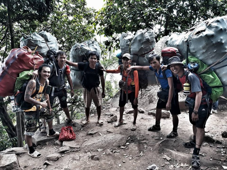 Ngày 18/3, anh Nguyễn Quang Hiển cũng đã chia sẻ về chiến dịch dọn rác trên đỉnh núi Bà Đen (Tây Ninh) của nhóm phượt thủ.