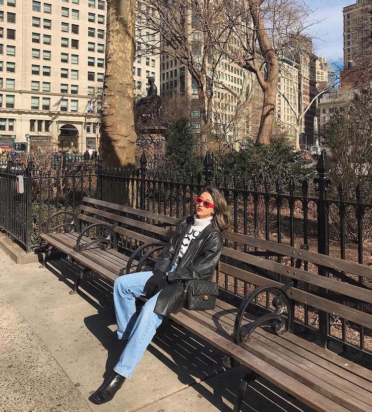 """Áo len cổ lọ, áo khoác da và quần ống suông là cách giúp Quỳnh Qnh Shyn trở nên """"tỏa sáng"""" trên đường phố New York. Bên cạnh đó, sẽ là sai lầm nếu không nhắc đến những món phụ kiện thời thượng được cô nàng sử dụng trong set đồ như túi Chanel và kính mát đỏ của Off White."""