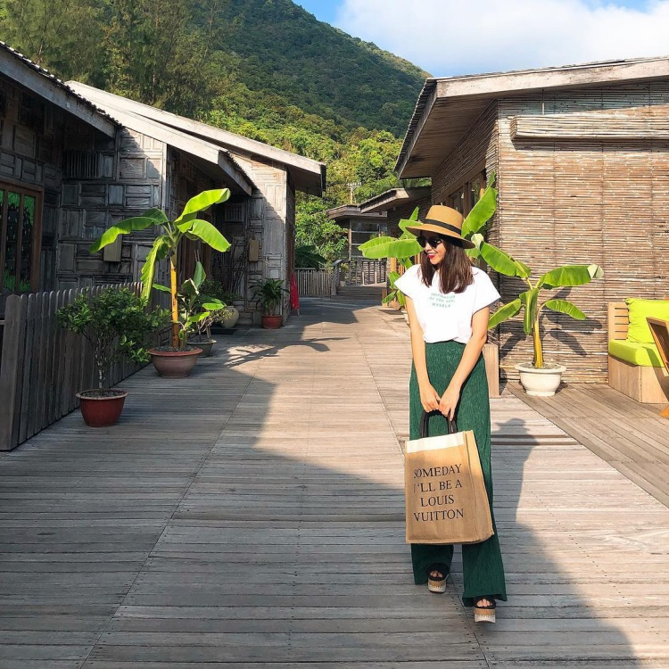 Lưu Hương Giang đang dành thời gian tận hưởng kì nghỉ của mình tại Côn Đảo. Lựa chọn trang phục gồm áo phông trắng sơ-vin cùng quần ống rộng, bà mẹ hai con trông thật nhẹ nhàng, tươi tắn.