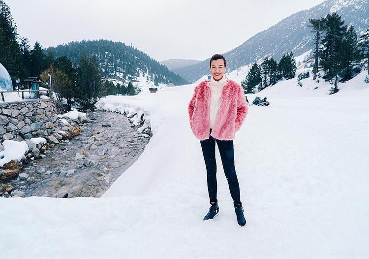 """Sau áp lực công việc, Hoàng Oanh đã tự thưởng cho mình một chuyến du lịch xả stress. Giữa không gian tuyết trắng, đại ca Mỹ Dung trong """"tháng năm rực rỡ"""" nổi bật hẳn bởi chiếc áo khoác lông hồng dạ quang, cô nàng phối cùng quần jeans ôm nhằm hoàn thiện tổng thể."""