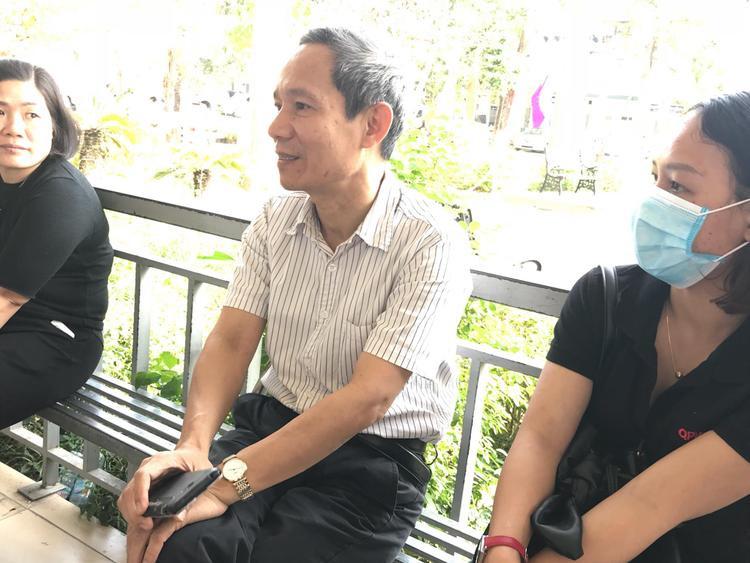 Ông Tùng có mặt tại bệnh viện để theo dõi sức khỏe học sinh.
