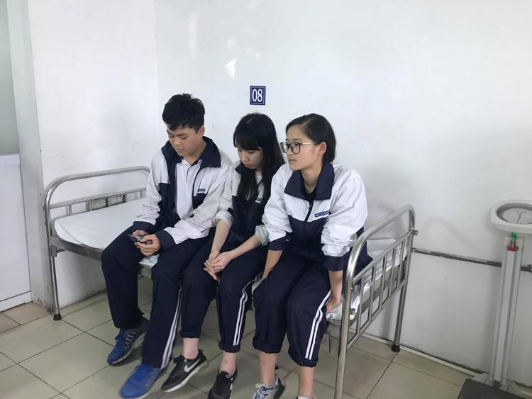 Ba học sinh tại bệnh viện.