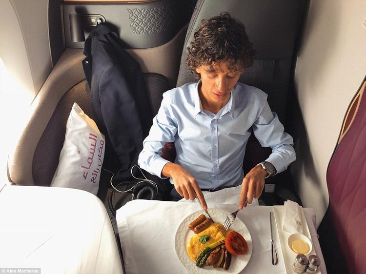 Chuyên gia hàng không Alex Macheras đã trải nghiệm chuyến bay đầu tiên của chiếc máy bay công nghệ cao từ Airbus HQ tại Toulouse, Pháp tới trụ sở của Qatar ở Doha.