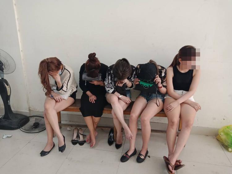Nhiều cô gái còn khá trẻ trong quán bar được đưa về trụ sở làm rõ.
