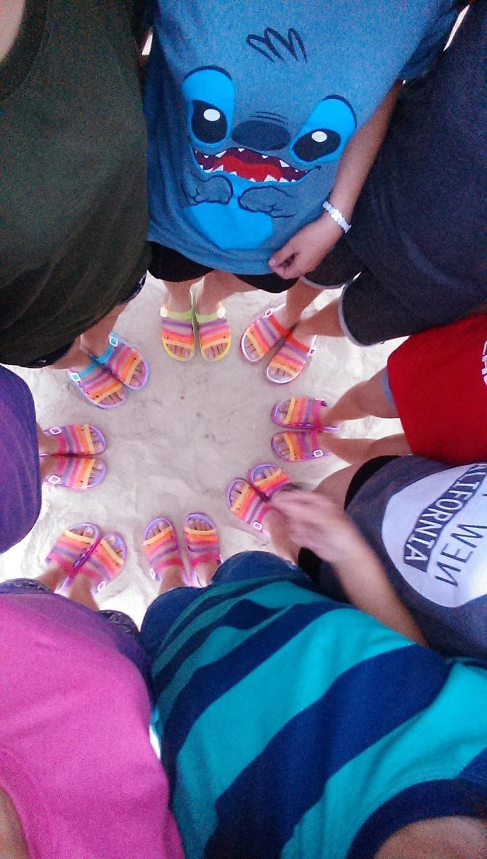 Đồng phục dép bảy màu của các cô gái.