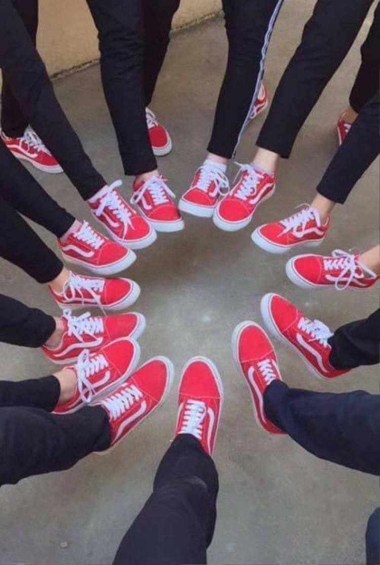 Sẽ rất đặc biệt nếu hội bạn thân cùng mang những đông giày đồng phục như thế này.