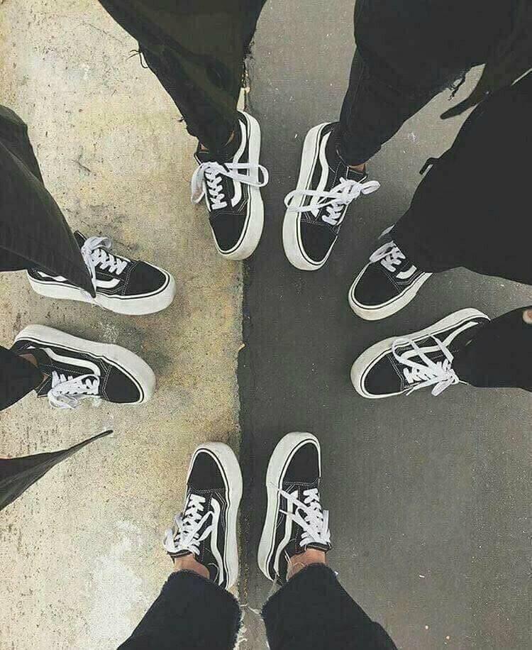 Những đôi giày Vans đen ấn tượng.