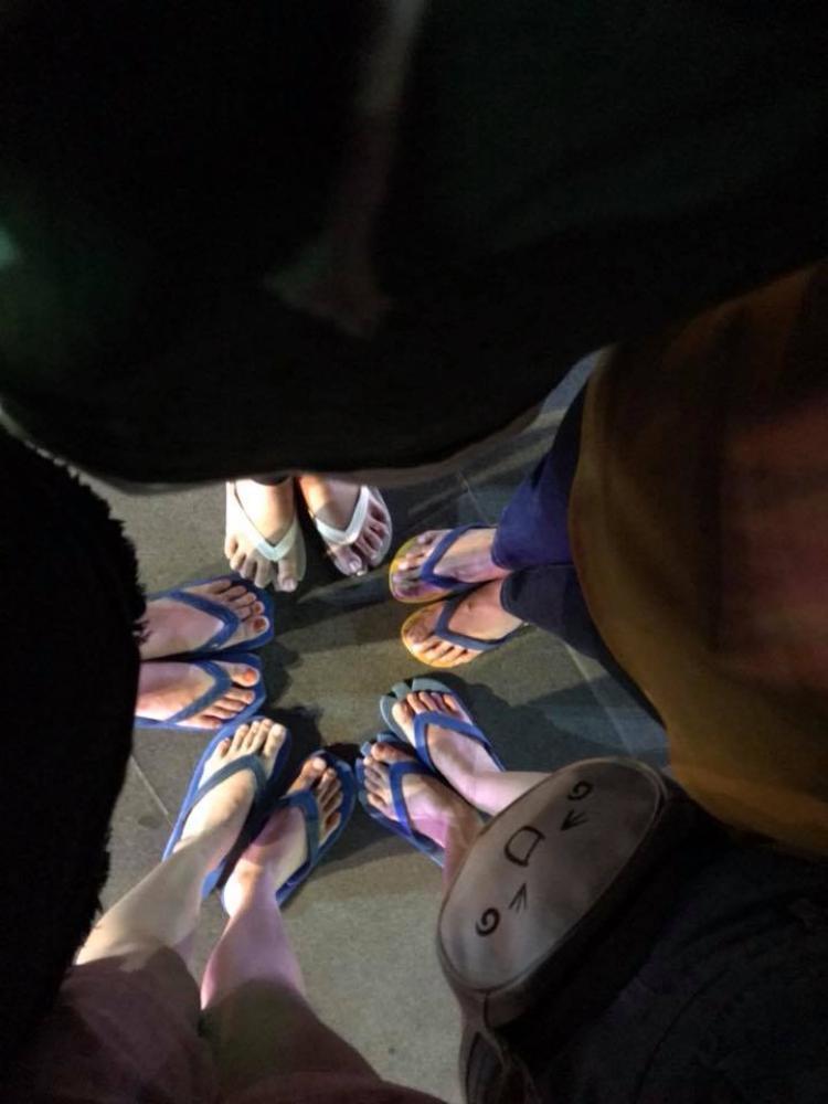 Những cô gái này cũng đã chuẩn bị những đôi dép lào y chang nhau.