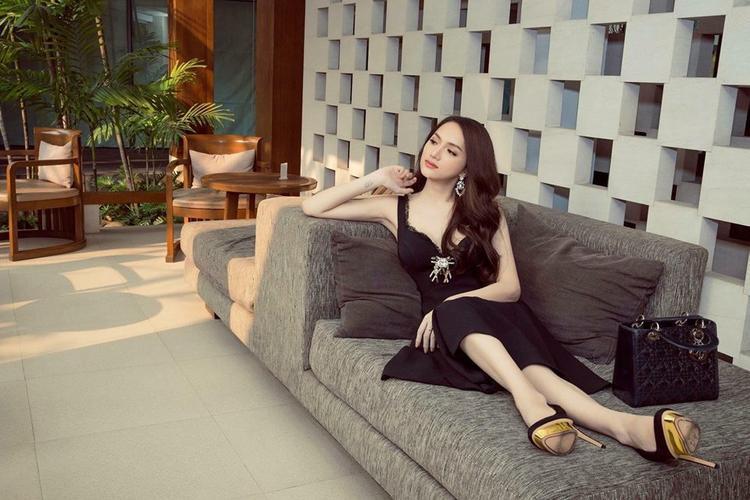 Quả không sai, đôi giày này được người đẹp sử dụng trong quá trình tham gia cuộc thi Hoa hậu chuyển giới. Trong ngày đầu tiên tham gia, cô đã xuất hiện nổi bật với đôi giày cao gót này. Với chiều cao chỉ 1m68, đôi giày đã làm tốt nhiệm vụ giúp đại diện Việt Nam không bị lép vế trước dàn đối thủ chân dài hơn một mét.