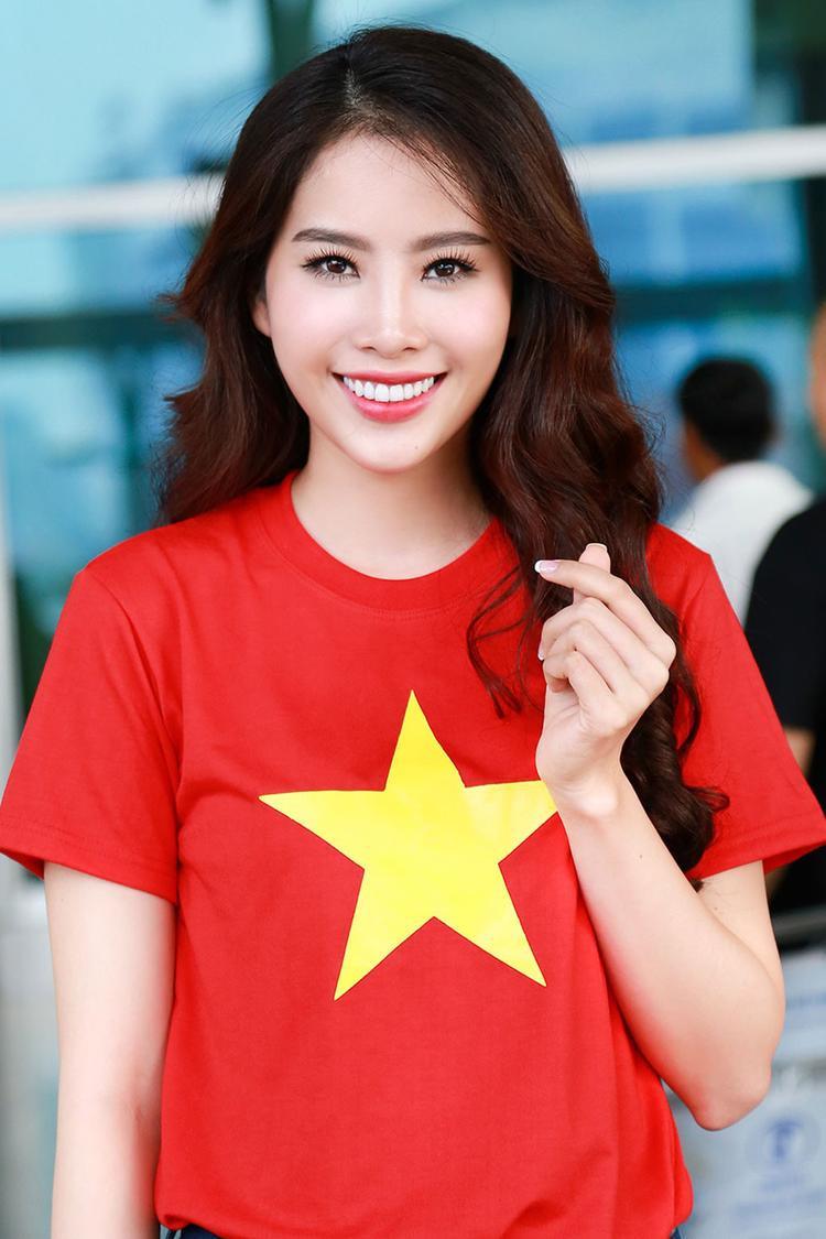 Dù diện váy áo lộng lẫy hay áo thun cờ đỏ sao vàng giản dị thì vẫn cứ trung thành với tóc xoăn như thế này.