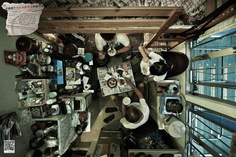 Nhiếp ảnh gia Đức Michael Woft đã ghi lại cảnh sinh hoạt thường ngày của người dân trong những ngôi nhà ổ chuột ở Hong Kong từ lăng kính trên cao. Bộ ảnh mô tả điều kiện sống vô cùng tồi tệ của một trong những thành phố đông dân nhất thế giới.
