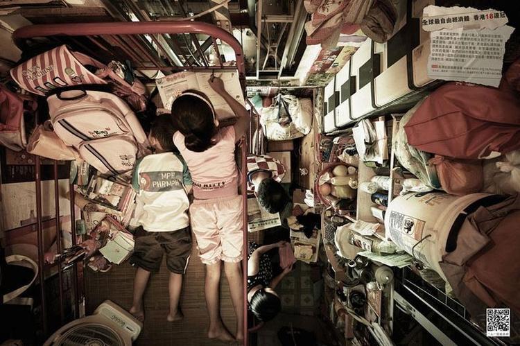 Vì bị giới hạn không gian nên mọi sinh hoạt của các thành viên như ăn uống, ngủ nghỉ thậm chí là đồ đạc gần như ở cùng một góc không gian.