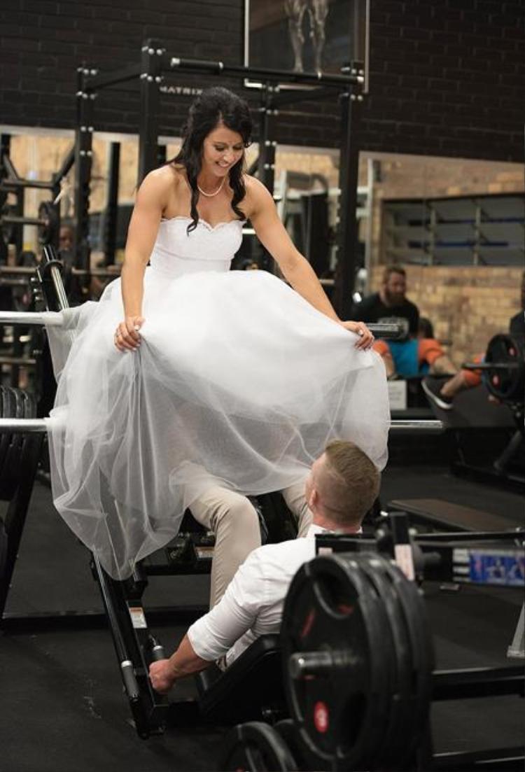 Một cặp đôi đến từ Queensland, Úc - Jake 32 tuổi và Hannah Willshire 25 tuổi đã chụp ảnh cưới trong 20 phút tại phòng gym họ thường đi tập cùng nhau.