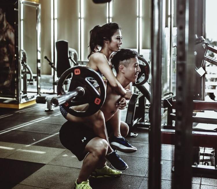 Sở hữu thân hình cân đối, khỏe khoắn, ba vòng nóng bỏng, cặp đôi Cheng và Le trở thành hình mẫu lý tưởng khiến nhiều bạn trẻ mơ ước để thực hiện được một bộ album ảnh cưới lý tưởng và cực độc đáo. Hiện cả hai đang sinh sống tại Đà Nẵng (Việt Nam).