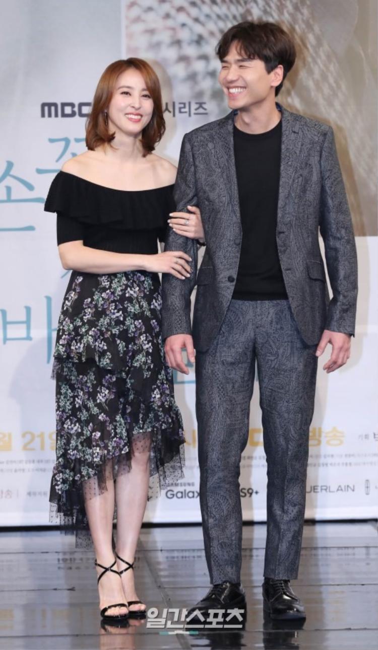 Han Hye Jin và Yoo In Young khoe sắc bên Yoon Sang Hyun tại họp báo Let's Watch The Sunset