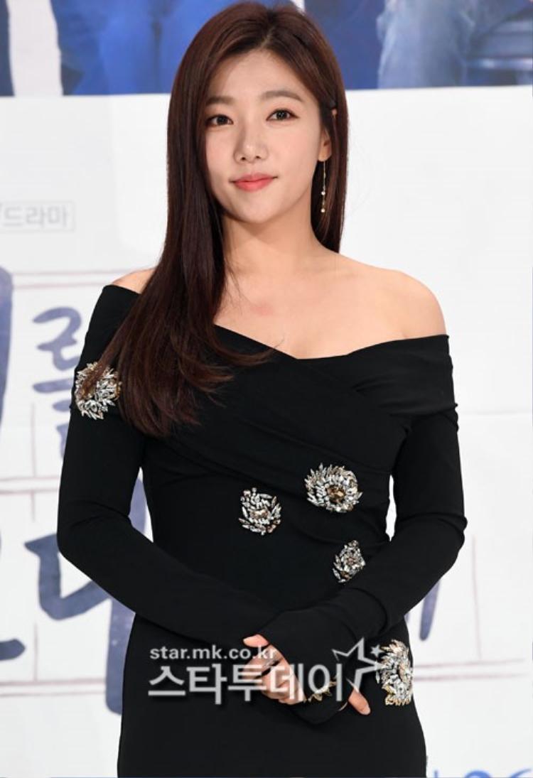 Lee Chae Young quyến rũ với váy trễ vai.