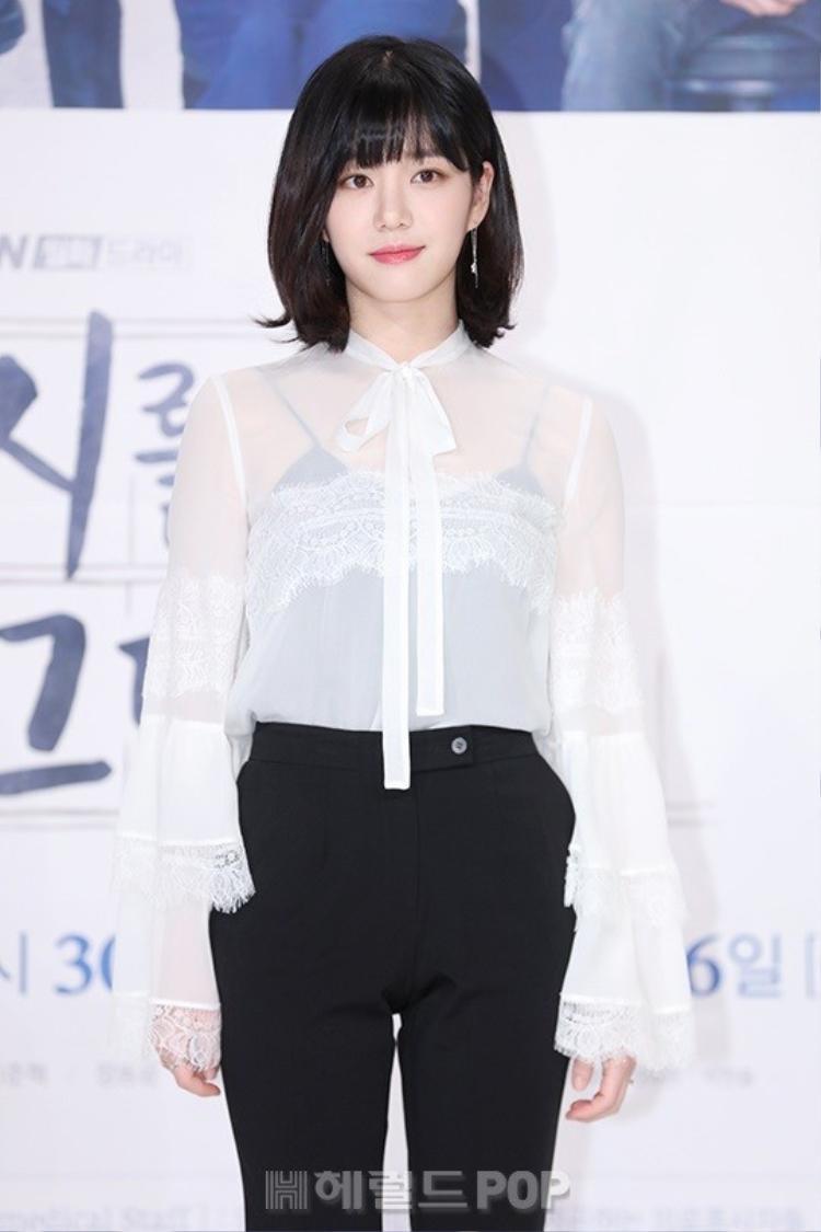 Nữ diễn viên Lee Yoo Bi xinh xắn như búp bê.