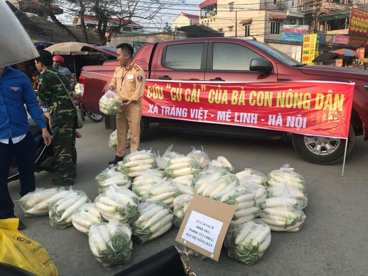 Hình ảnh CSGT ra đường bán củ cải giúp người dân.
