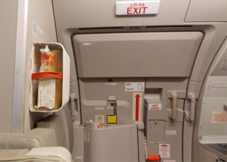 Việc nam hành khách tự ý mở cửa thoát hiểm đã khiến hãng hàng không Vietnam Airlines phải tạm dừng hơn 2 giờ để xử lý kỹ thuật.
