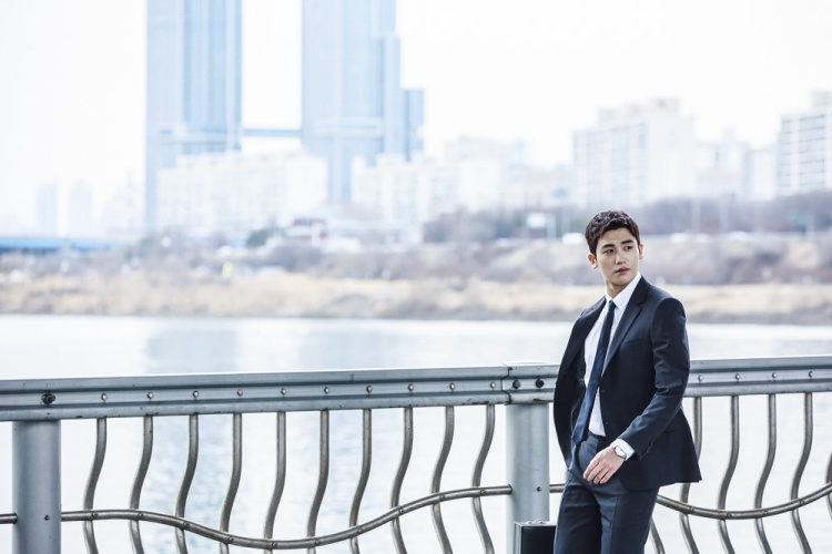 """Sau khi gây """"sốt"""" trong hai bộ phim Hwarang và Cô nàng mạnh mẽ Do Bong Soon, giọng ca của ZE:A được nhiều nhà phê bình phim đánh giá cao. Nam diễn viên trẻ sẽ nhận vai Go Yeon Woo (Mike Ross), một anh chàng bỏ học đại học, không có bằng hành luật nhưng đổi lại, sở hữu trí nhớ """"siêu khủng""""."""